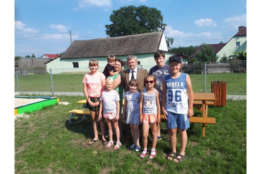 na zdjęciu widzimy Pana Leśniczego i część z osób, które przyszły na spotkanie autor zdjęcia Kinga Budzińska