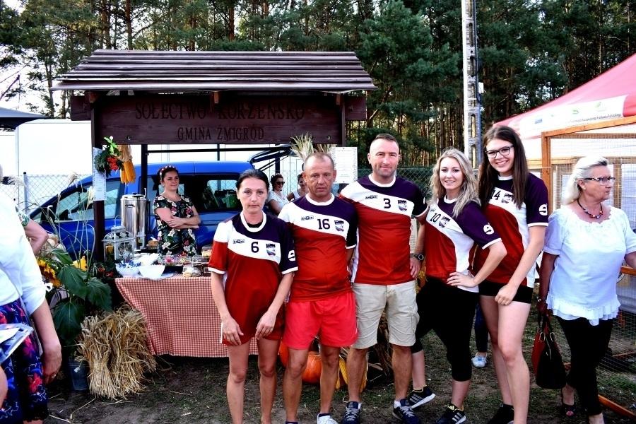 A oto nasz Dream Team z Korzeńska! Najmocniejsi, najszybsi, najsilniejsi, którzy wzięli udział w Turnieju Sołectw na Dożynkach Gminy Żmigród. Fot. Oktawia Szkopek